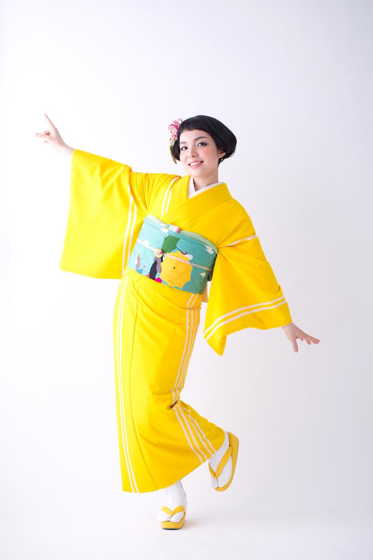 モダンアンテナのポップでレトロな黄色の現代風着物と帯