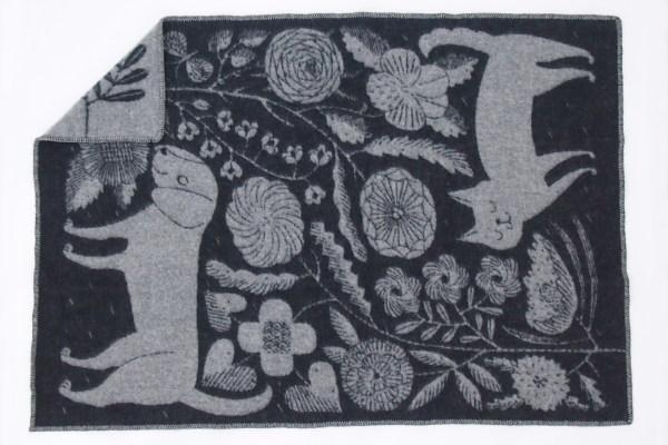 鹿児島睦とLAPUAN KANKURITがコラボレーションした犬や猫が描かれたブランケット