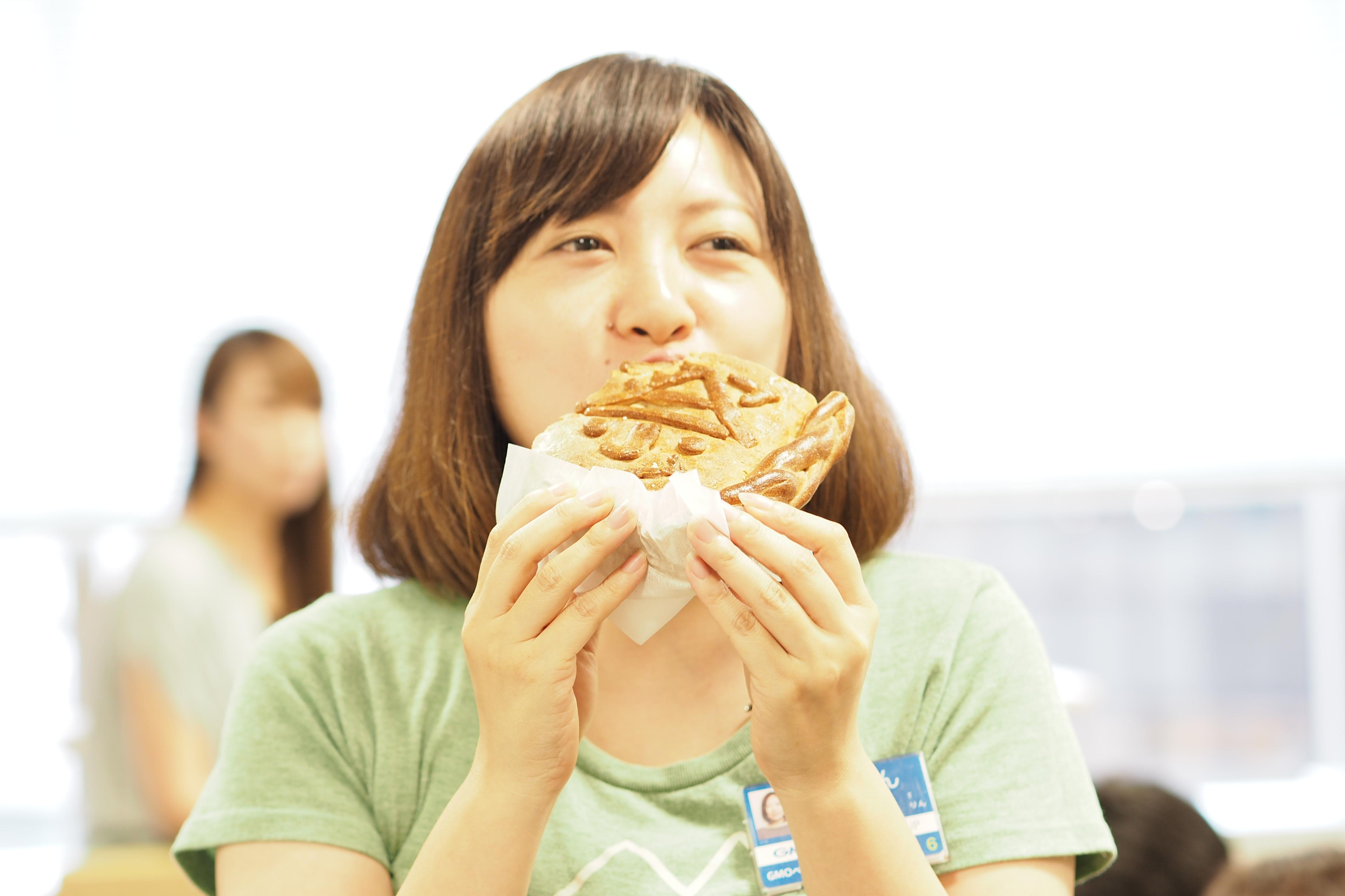 にっぽんネットショップ祭のメッセージパンを食べるスタッフたち