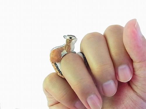 Cuir Carameliserのリスが巻きつく指輪